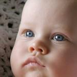 Tevreden baby na een voeding van de opleiding kraamzorg